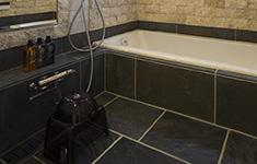 天然石の壁・床とホーロー浴槽